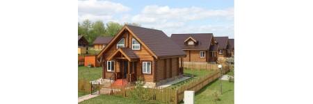 Фасад деревянного дома красим правильно укрывной краской.